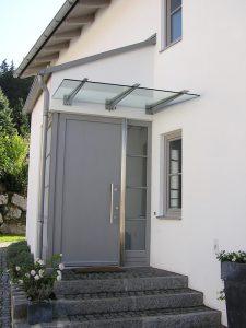 Glasvordächer mit Kragarmen