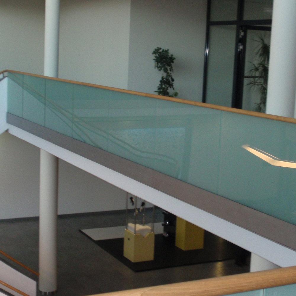 Freitragende Glasbrüstung, Glasgeländer